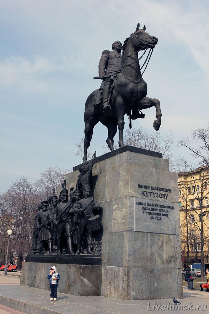 Памятник с сердцем Кутузовская Шар. Дымовский гранит Парк Культуры