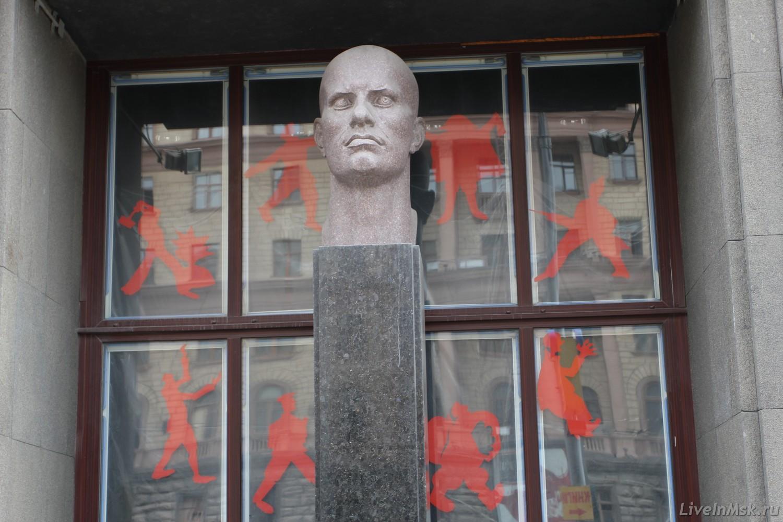 Памятник Маяковскому у входа в музей, фото 2015 года