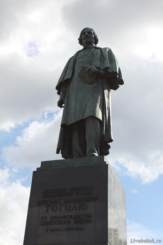 Памятники гоголю в москве сидячий и стоячий гранитные памятники минск пенза
