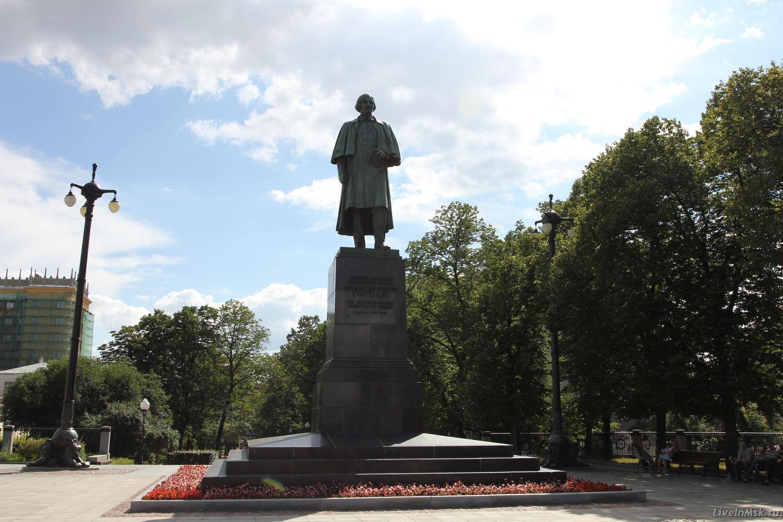 Два памятника в москве гоголю памятники тюмень изготовление