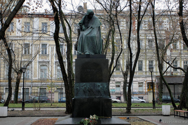 Памятник гоголю в москве на гоголевском бульваре памятники из гранита на кладбище д