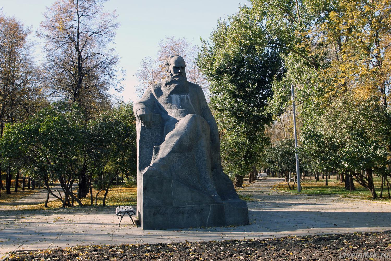 Памятник Льву Толстому на Девичьем поле, фото 2014 года