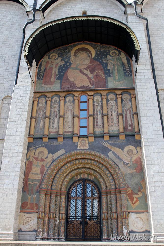 Вход в Успенский собор с образом Владимирской Богоматери
