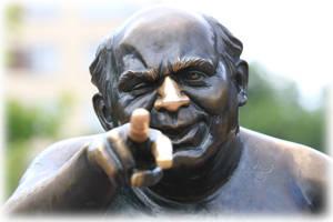 Памятник Евгению Леонову в образе Доцента